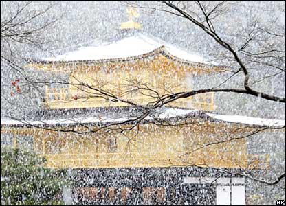 la neige tombe sur le Kinkaku-ji (Kyoto)