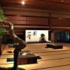ambiance traditionnelle pour une exposition de bonsai
